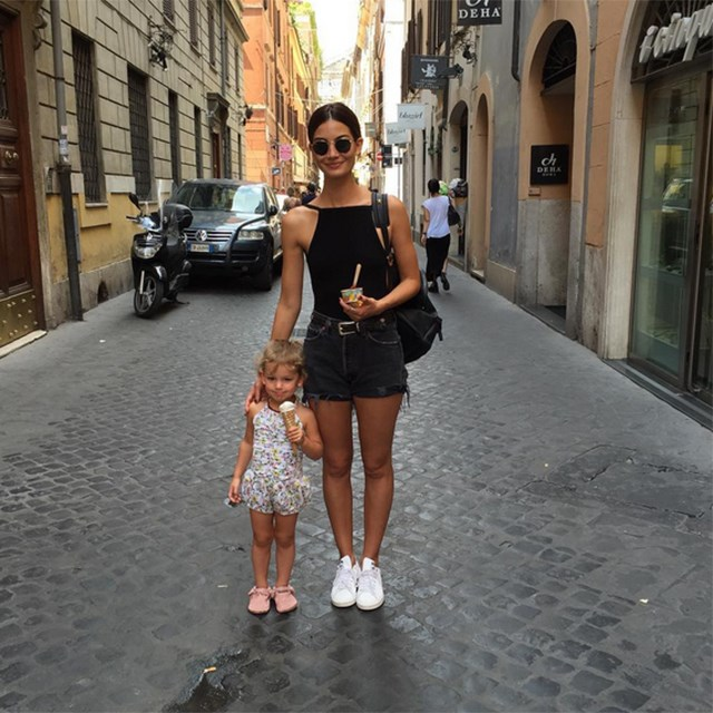 @lilyaldridge and her daughter Dixie, holidaying in Rome.