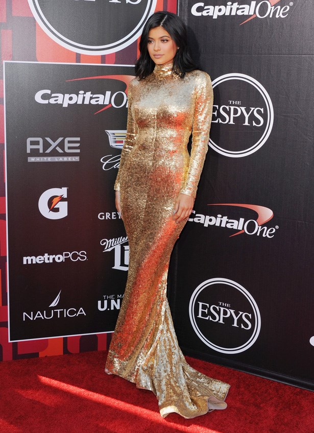 <p><strong>13. 15 July</strong></p> <p>Kylie removes all of her extensions and works her long bob on the red carpet.</p>