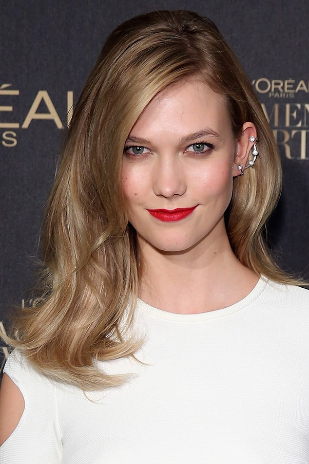 <strong>1st December </strong> <br><br>From bombshell hair, to the lob and now mid-length hair, <strong>Karlie Kloss</strong> always keeps us guessing, here she pairs her fresh, new length with a red lip and slightly smoked out eye for the<strong> L'Oreal Paris Women of Worth 2015 Celebration</strong>.