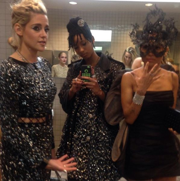 """@willowsmith: """"A rare photograph of three female homosapiens in the bathroom at the <MET BALL 2016>""""."""
