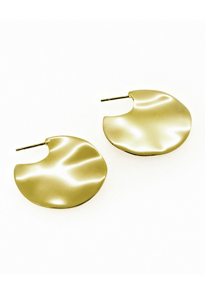 "<a href=""https://hollyryan.com.au/collections/earrings-1/products/gold-wavee-earrings-small"">Earrings, $250, Holly Ryan</a>"