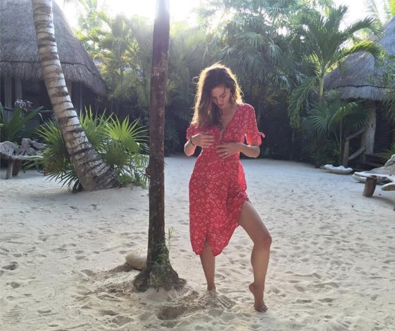 """<strong>Phoebe Tonkin</strong> <br><br> Instagram: <a href=""""https://www.instagram.com/p/BHTIV9RAkUM/?taken-by=phoebejtonkin"""">@phoebejtonkin</a>"""