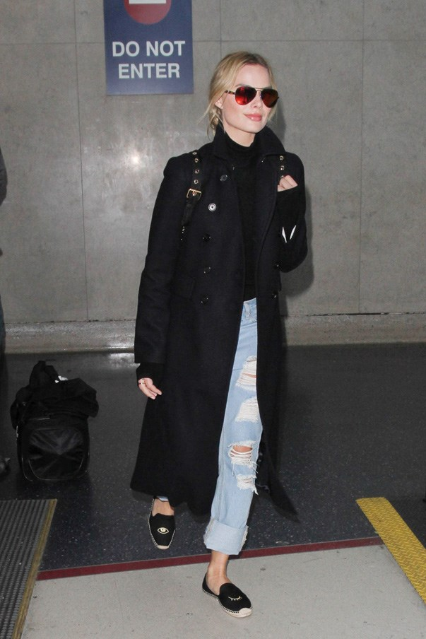 Margot Robbie manages to look casual and comfy (note: boyfriend jeans) but chic by wearing a long coat to pull everything together. Oh, and slip-on shoes—an in-flight essential.
