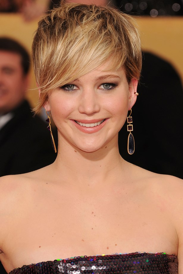 January 2014. Jen wore her short, choppy hair with a sweeping side fringe and her signature smokey eye at the <em>20th Annual Screen Actors Guild Awards.</em>