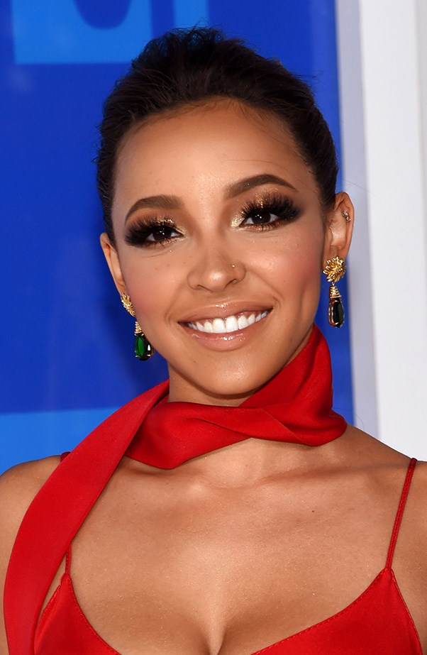<p>Tinashe loaded on the lashes.