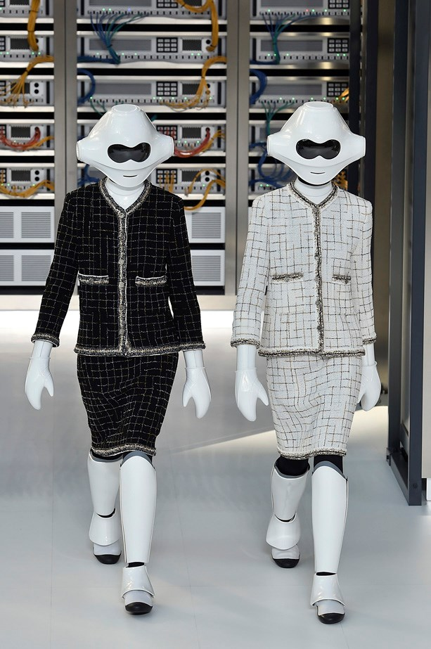 In lieu of a familiar face, Chanel sent out two robots dressed in matching tweed suits, keeping to the #ChanelDataCenter theme.