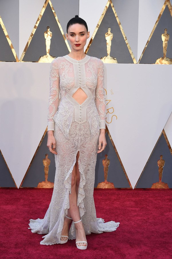 <p><strong>ROONEY MARA IN GIVENCHY HAUTE COUTURE</strong> <br><Br> Complicated, visually arresting gowns are Rooney Mara's thing, and she didn't disappoint in Givenchy Haute Couture at the Oscars.