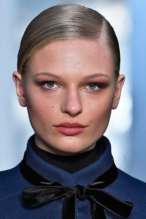 <strong>Carolina Herrera</strong> <br> <br> Gun metal eye shadow with a touch of pink is the smokey eye update we'll all be making for Autumn. A little shimmer at the inner corners of the eyes illuminates the entire face.