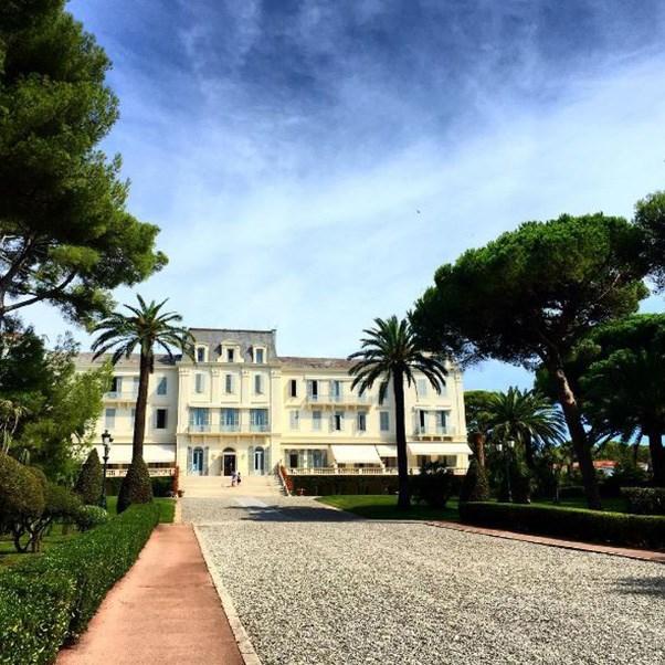 "<strong>The setting</strong><br><br> The Hotel du Cap-Eden-Roc in Antibes, the South of France<br><br> Instagram: <a href=""https://www.instagram.com/p/BKtpXhegzjA/?taken-by=pamela_hanson"">pamela_hanson</a>"