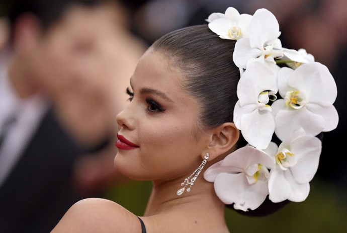<strong>2015</strong> <br><br> When Selena Gomez basically wore a full orchid plant on her head.