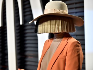 Sia goes wigless for once, wigs us all out
