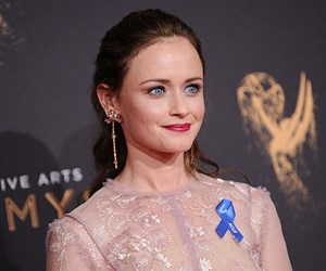 Why are people at the Emmy Awards wearing blue ribbons?