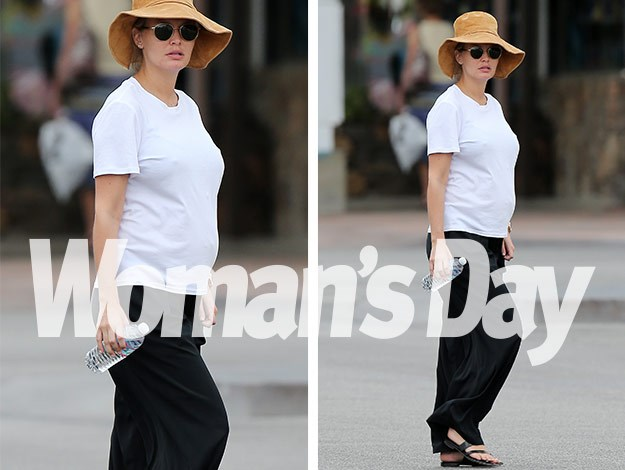 Wearing a T-shirt, loose black pants, sunglasses and a wide-brimmed hat, Lara looked relaxed and laid back.