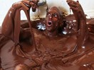 Watch: Guy bathes in over 250kg of Nutella and we can't stop watching