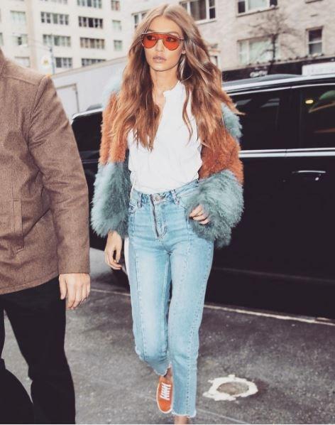 Gigi Hadid's curls are perfectly undone.