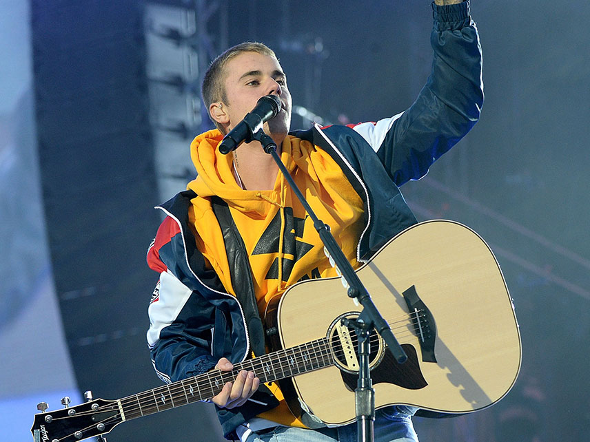 Fan throws bottle at Justin Bieber for not singing Despacito