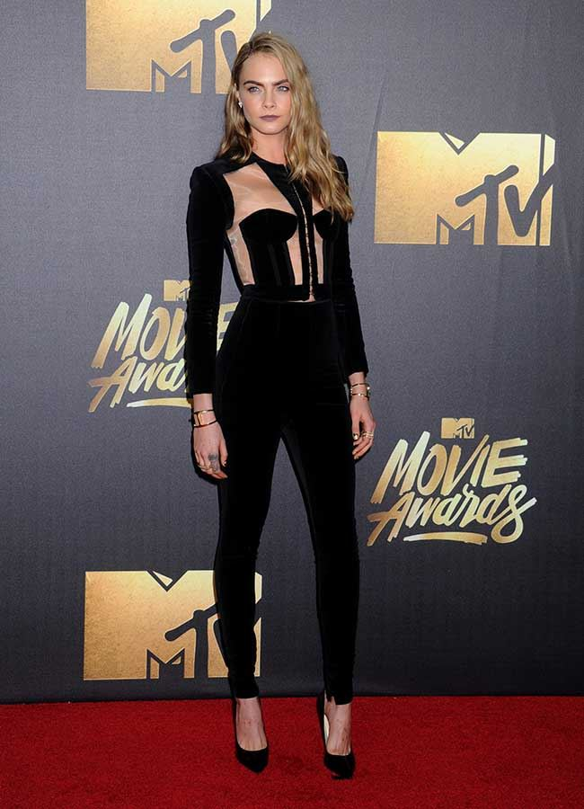 Cara rocked up to the red carpet looking hotter than a bowl of red chillis. SLAY.