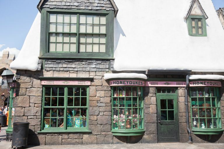 We're basically jealous of every darn thing in Harry Potter, but if there's one thing that gets us the most it's the FOOD! Most importantly, Honeydukes candy shop.