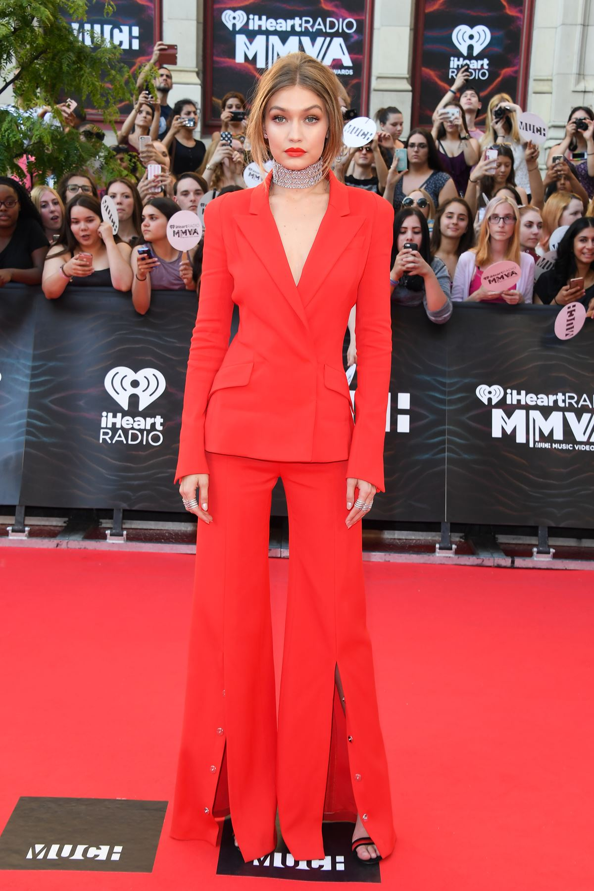 Host kween Gigi Hadid had it ALL going on in this epic red power suit.
