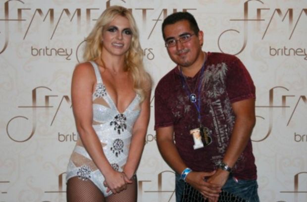 "Apparently Britney Spears has a ""no touching"" rule, which is totally okay. Except it makes her pictures look like this..."