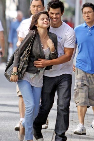 A relationship was never confirmed, but throughout 2009 there were rumours of something ~flirty~ between Selena Gomez and Taylor Lautner.