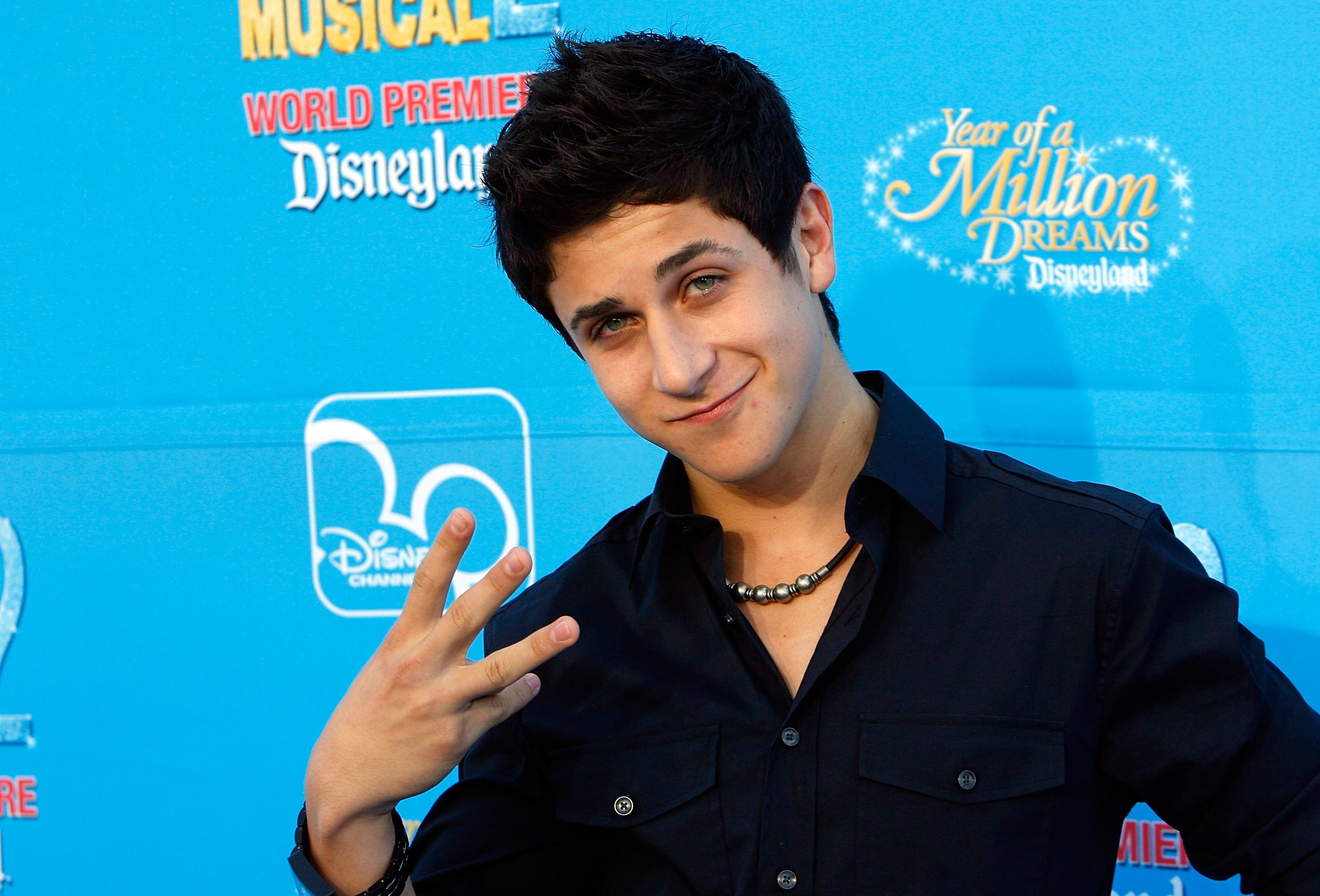 David Henrie's pose game was strong AF.