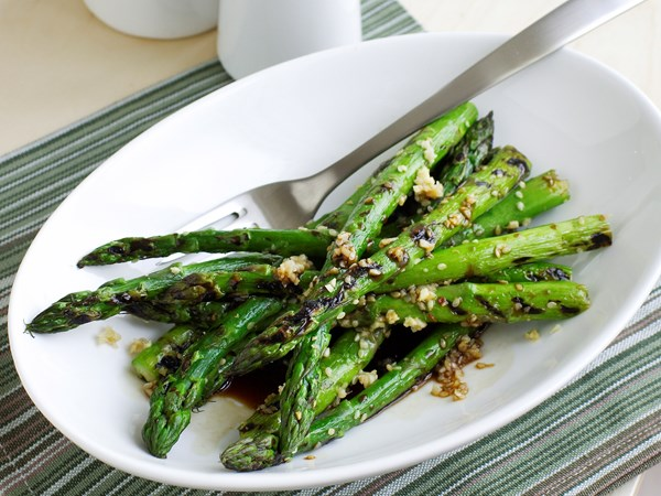 Grilled asparagus with sesame, ginger and soy