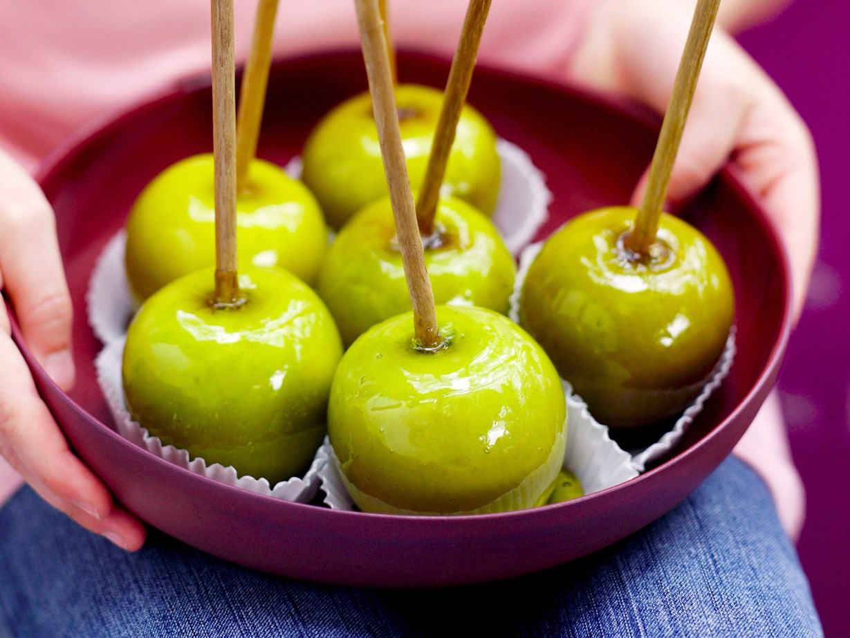 How to make good old fashioned TOFFEE APPLES at home 52