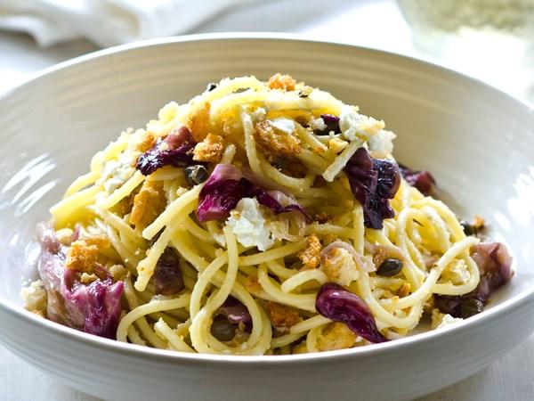 Spaghetti with radicchio, goat's cheese and garlic crumbs