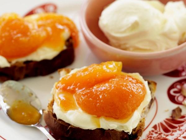 Apricot compote with brioche