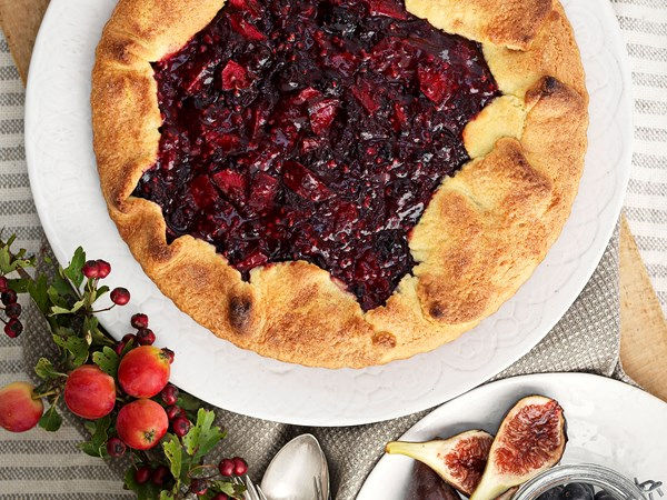 Rustic rhubarb and berry pie