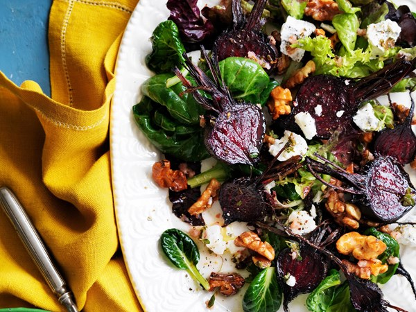 Salad of roasted beetroot with goat's cheese and walnuts
