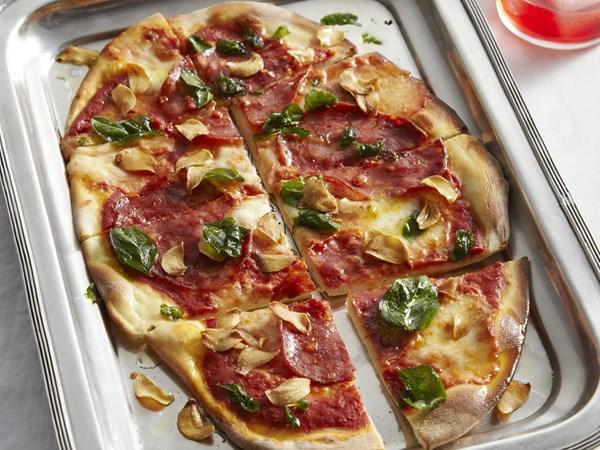 Salami, mozzarella and oregano pizza