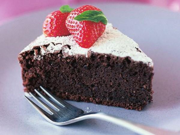Low-fat chocolate fudge cake