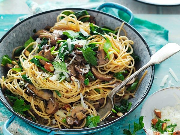 Pasta with spinach, mushrooms and almonds