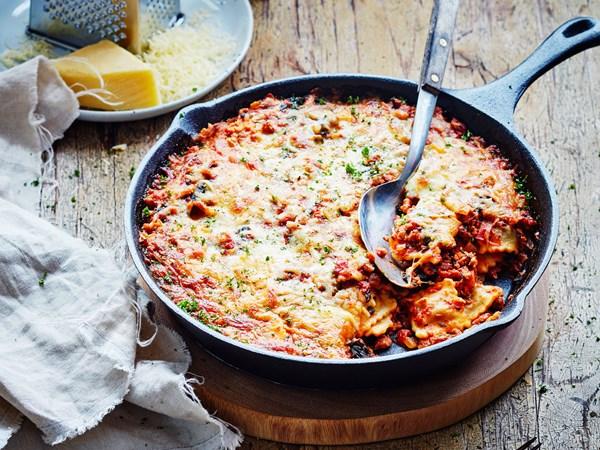 Cheesy sausage, spinach and ravioli bake