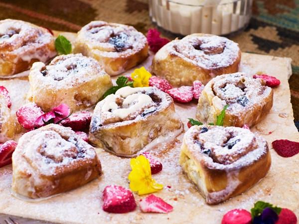 Cinnamon and raisin sweet rolls with vanilla cream