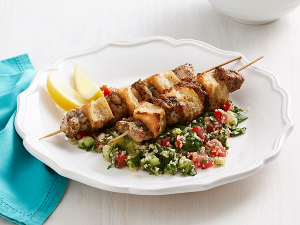 Crunchy chicken and bread skewers with tabouli