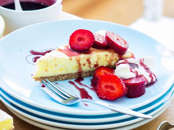 Easy berry cheesecake with berry syrup