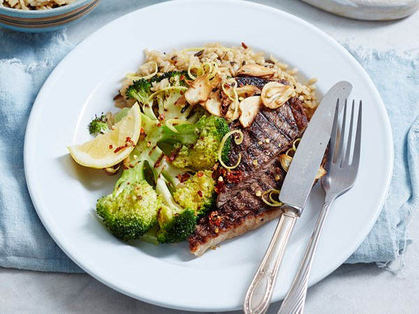 Steak with broccoli and toasted garlic