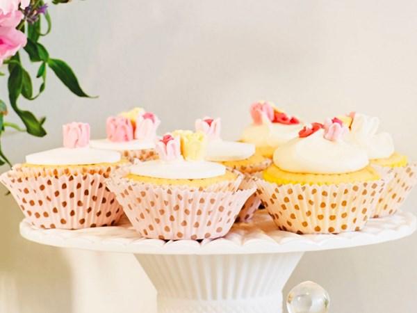Lemon-scented rose cupcake