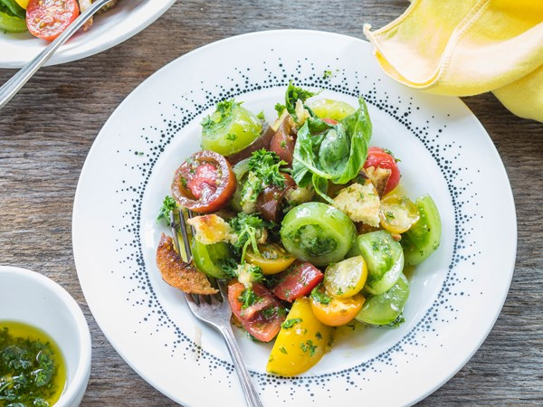 Tomato and herb salad with crunchy croutons