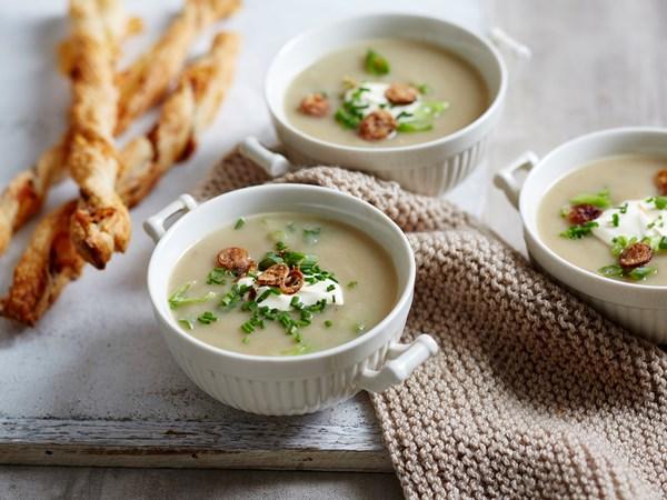 Six onion soup with gruyere twists