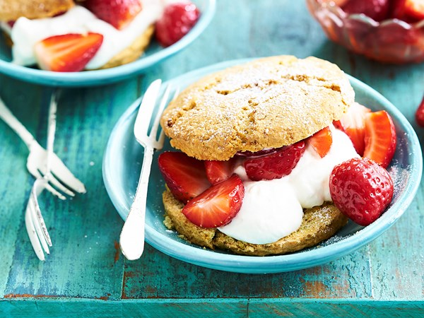 Pistachio shortcakes with strawberry compote
