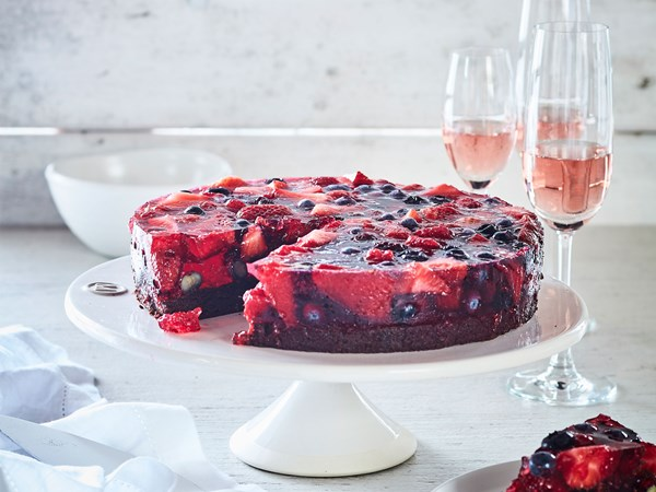 Sparkling rosé jelly cake with brownie base and berries