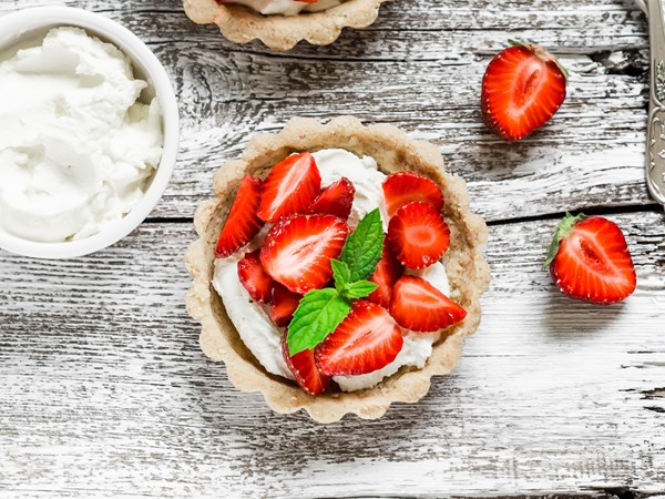 Easy no-bake strawberry tarts with creamy mascarpone filling