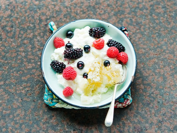Yoghurt curd with honeycomb and fresh berries