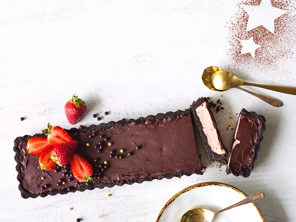 Strawberry and chocolate no-bake tart