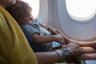 Mum shames plane passengers for not helping with crying children