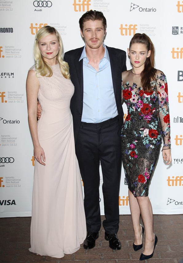 Kristen Stewart posed with co-stars Kirsten Dunst and Garrett Hedlund